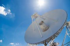 大白色无线电望远镜RTF-32 库存照片