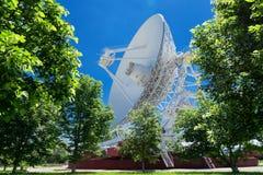 大白色无线电望远镜RTF-32 库存图片