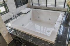 大白色浴在卫生间里,房子的内部 图库摄影