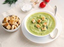 大白色碗用硬花甘蓝,夏南瓜,在白色背景,侧视图的绿豆菜绿色奶油色汤  图库摄影