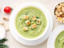 大白色碗用硬花甘蓝,夏南瓜,在白色背景,顶视图的绿豆菜绿色奶油色汤  库存图片