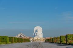 大白色菩萨图象在Saraburi,泰国 免版税库存图片