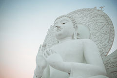 大白色菩萨图象在Saraburi,泰国 免版税库存照片