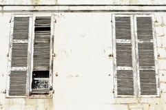 大白色被风化的闭合的木窗口快门 免版税库存照片
