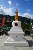 大白色颜色stupa在Kalpa的一个修道院里,喜马偕尔省,有相当蓝天的印度 免版税库存图片