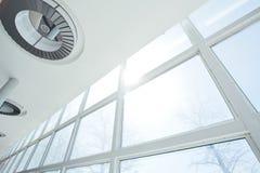 大白色Windows和天花板 库存图片