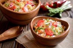 大白菜沙拉用红萝卜、红洋葱和苹果 库存照片