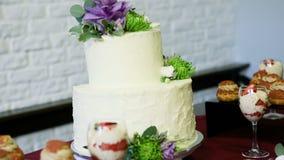 大白蛋糕全景用鲜花装饰了 股票视频