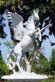 大白马雕象在城市公园 免版税库存照片