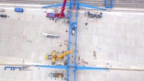 大直径金属管子存贮的开放仓库  ?? 桥式起重机在疆土被安装 股票录像