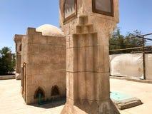 大石专栏在阿拉伯回教清真寺,祈祷的一个寺庙对有一个参天的塔的上帝在一个温暖的热带国家 免版税库存照片