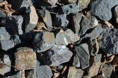 大石头纹理在太阳下的:蓝色,生锈,喷气机颜色 免版税库存图片