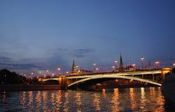 大石桥梁,盛大克里姆林宫宫殿在夜  图库摄影