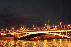 大石桥梁,盛大克里姆林宫宫殿在夜  免版税库存图片
