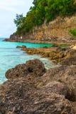 大石头和绿色热带岩石海岛,菲律宾博拉凯我 库存图片