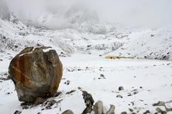 大石头-在南珠穆琅玛营地艰苦跋涉的最后的道路标志,尼泊尔 图库摄影