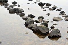 大石头透明河 免版税库存照片