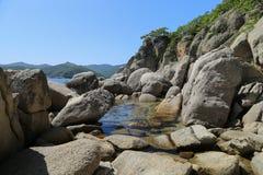 大石头,海滨 库存照片