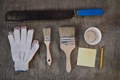 大砍刀 绘,写与一支简单的铅笔和空白的笔记的手套和两把刷子为咖啡 库存图片