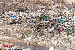 大破烂物和垃圾在自然或公园倾销了在污染与难闻的气味的城市环境 免版税库存照片