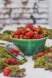 大碗新近地摘的草莓 免版税库存照片