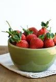 大碗水多的草莓 库存图片