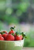 大碗水多的草莓 免版税库存照片