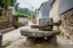大磨石在五谷生产的乡下 免版税库存图片