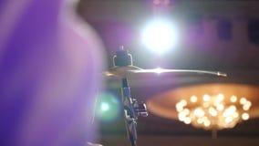 大礼帽铙钹的特写镜头视图使用了与鼓槌 影视素材