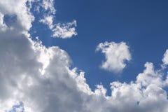 大积云和一朵小白色云彩,分离从它在蓝天 免版税图库摄影