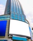 大空白的广告牌,在一个摩天大楼的显示在一个大城市为 免版税库存图片