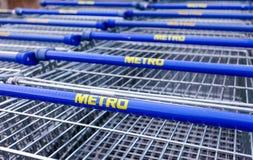 大空的蓝色购物车地铁商店 免版税库存图片