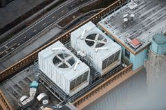 大空调通风系统在摩天大楼屋顶扇动 免版税库存照片