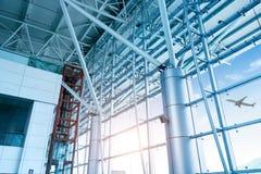 大窗口在机场终端 免版税库存图片