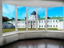 大窗口有对宫殿的看法 免版税图库摄影