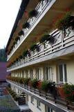 大竺葵在房子的阳台开花 库存图片