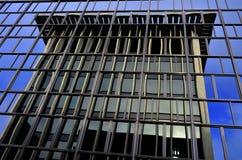 大笔生意被反射的大厦 免版税库存照片