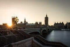 大笨钟和桥梁在日落的时期 库存图片