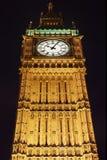 大笨钟在伦敦在晚上照亮了 库存图片