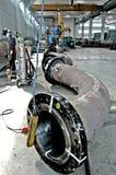 大管的金属制品建筑有工作焊接器的工作者的 免版税库存照片