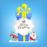 大箱新年礼物 圣诞快乐文本 克劳斯・圣诞老人 库存照片