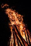 大篝火在晚上 免版税库存照片