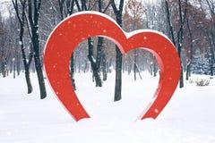 大红心街道设施在冬天公园 Valentine';s天,爱,浪漫史背景 免版税图库摄影