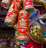 大红色中国爆竹农历新年节日垂悬的标志 库存图片