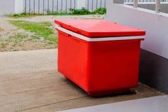 大红色冰桶或致冷机 库存照片