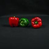 大红色和绿色甜椒,菜在系列安排了 库存图片
