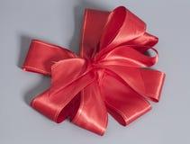 大红色缎礼物弓 丝带 免版税库存图片