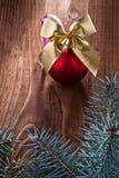 大红色色的圣诞节球和金子鞠躬与冷杉分支  免版税库存照片