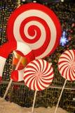大红色镶边装饰圣诞节棒棒糖片断特写镜头  欢乐抽象背景, bokeh, defocused 免版税库存照片