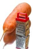 大红萝卜和磨丝器 免版税库存照片